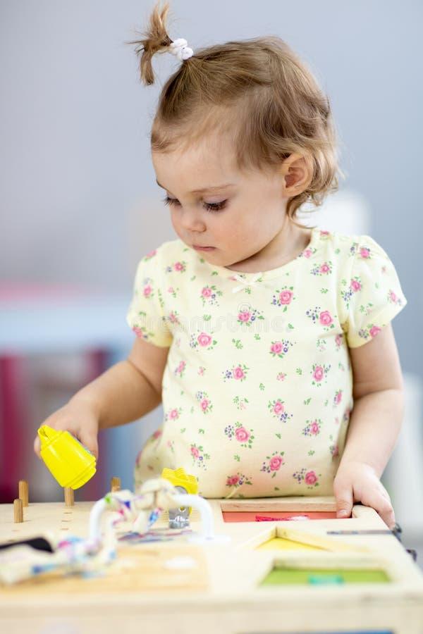 Прелестная маленькая девочка играя воспитательную игрушку стоковые изображения rf