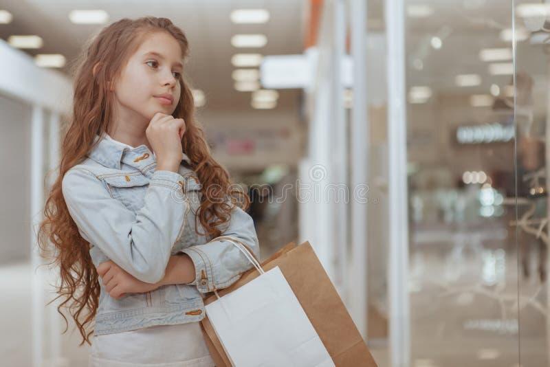 Прелестная маленькая девочка на торговом центре стоковое изображение