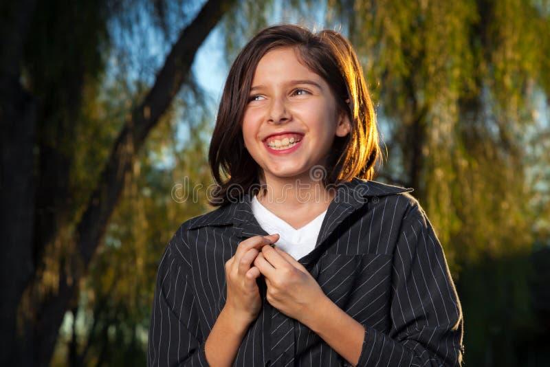 Прелестная маленькая девочка с большой улыбкой хихикая стоковая фотография rf