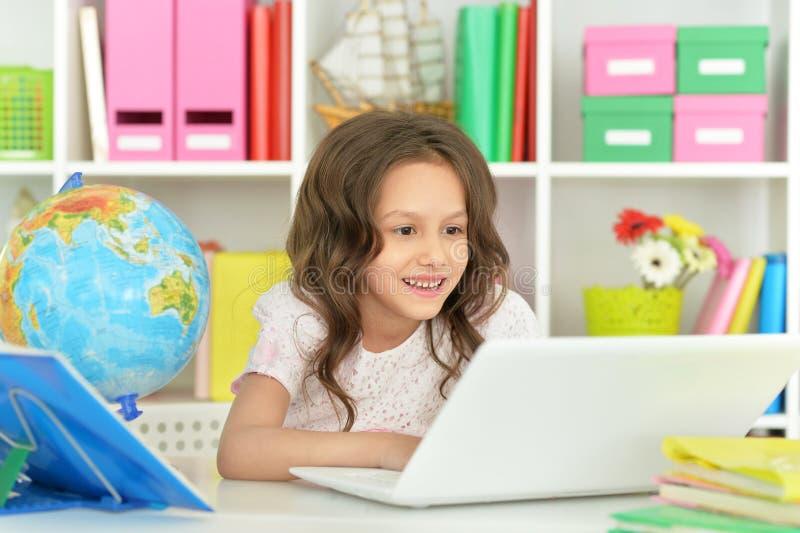Прелестная маленькая девочка с компьтер-книжкой стоковое фото