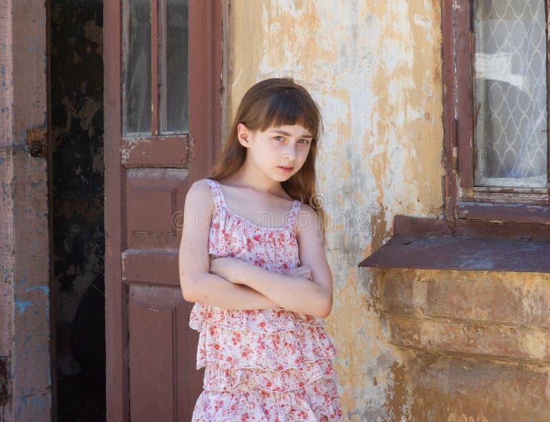 Прелестная счастливая маленькая девочка outdoors Портрет кавказского ребенк насладиться летом стоковое изображение rf