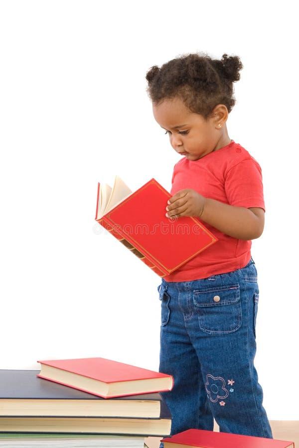 прелестное африканское чтение младенца стоковое изображение
