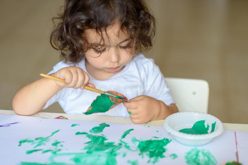 Прелестное падение картины ребенка выходит на таблицу стоковые фото