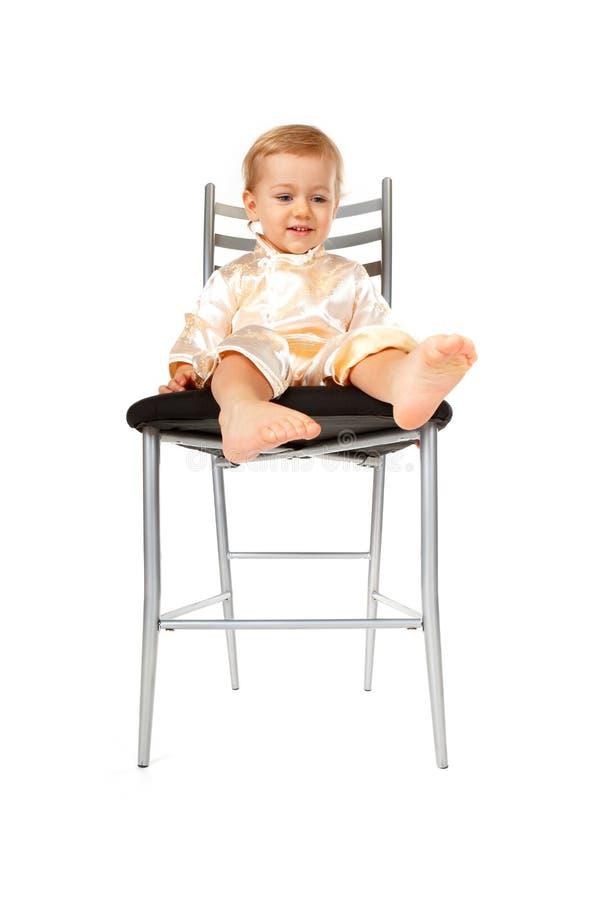 прелестное усаживание девушки стула младенца стоковые изображения
