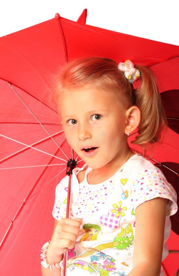 прелестно девушка меньший красный зонтик стоковые фото