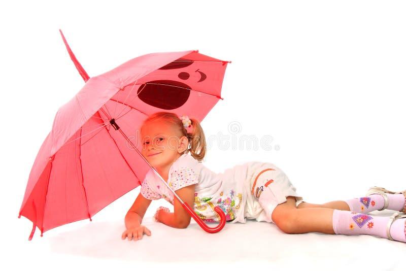 прелестно девушка меньший красный зонтик стоковое изображение rf
