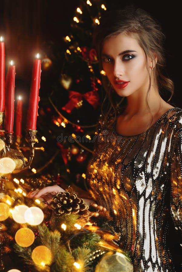 прелестно женщина вечера платья стоковое изображение