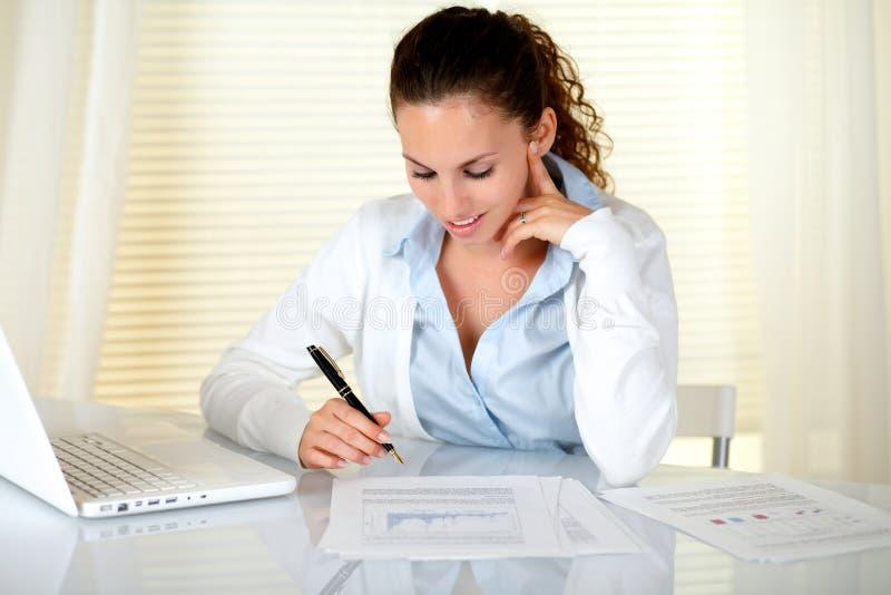 Прелестно коммерсантка работая на офисе стоковое изображение rf