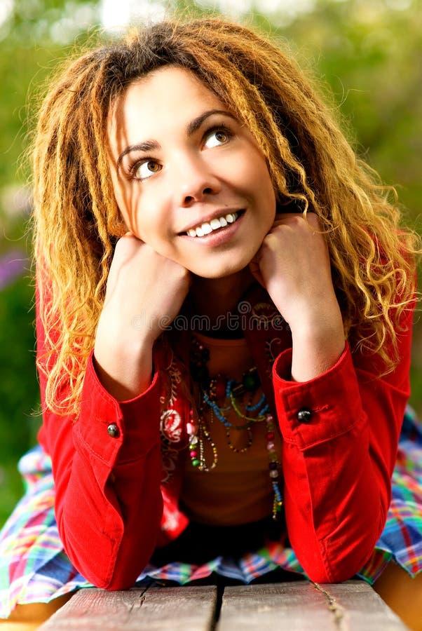 Download прелестно портрет девушки Dreadlocks Стоковое Изображение - изображение насчитывающей холодно, природа: 6861319