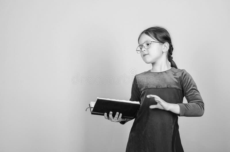 Прелестные книги любов девушки Девушка ребенк с книгой или блокнотом r Книга чтения как хобби girlish стоковые изображения rf