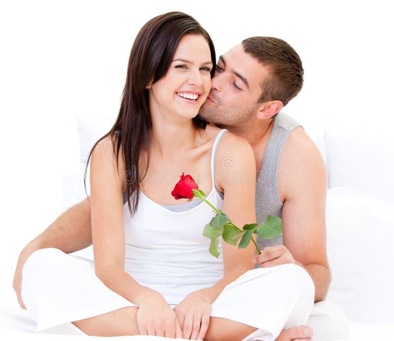 прелестные пары каждое целуя другое стоковое изображение