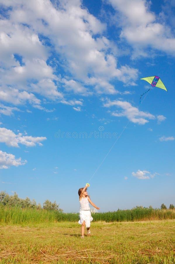 прелестный змей девушки летания стоковая фотография