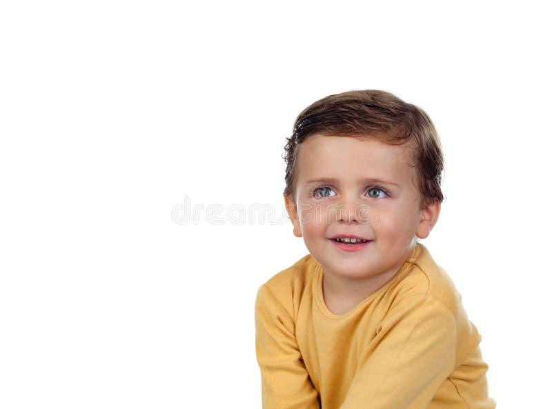 Прелестный малый ребенок 2 года старого с желтой футболкой стоковое изображение rf