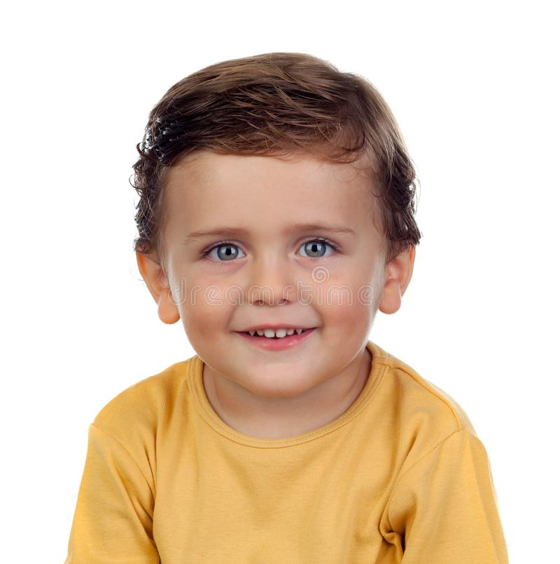 Прелестный малый ребенок 2 года старого с желтой футболкой стоковое фото rf