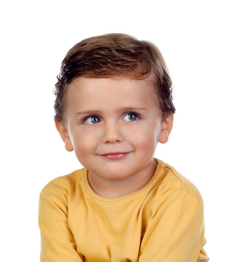 Прелестный малый ребенок 2 года старого с желтой футболкой стоковые изображения rf