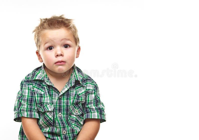 прелестный мальчик немногая смотря уныл стоковые изображения