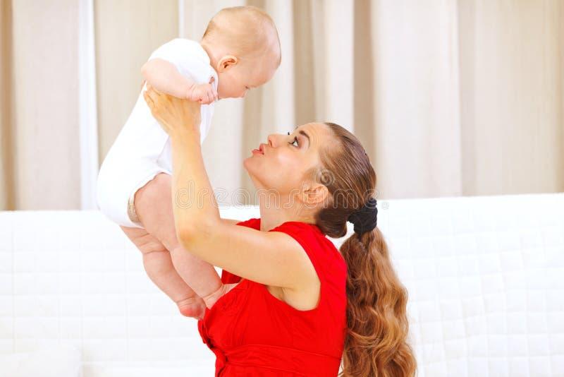 прелестный младенец вручает маму удерживания стоковые фото