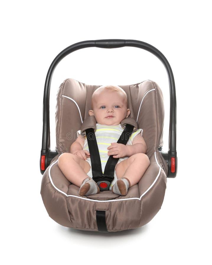 Прелестный младенец в месте безопасности ребенка стоковое фото rf