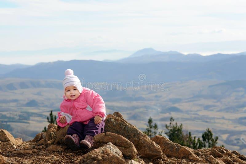 прелестный наслаждаясь малыш горы девушки стоковые изображения rf