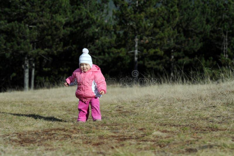 прелестный наслаждаясь малыш горы девушки стоковое изображение