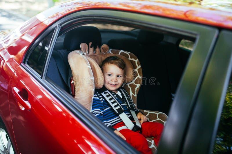 Прелестный ребенок в месте автомобиля безопасти стоковые изображения rf