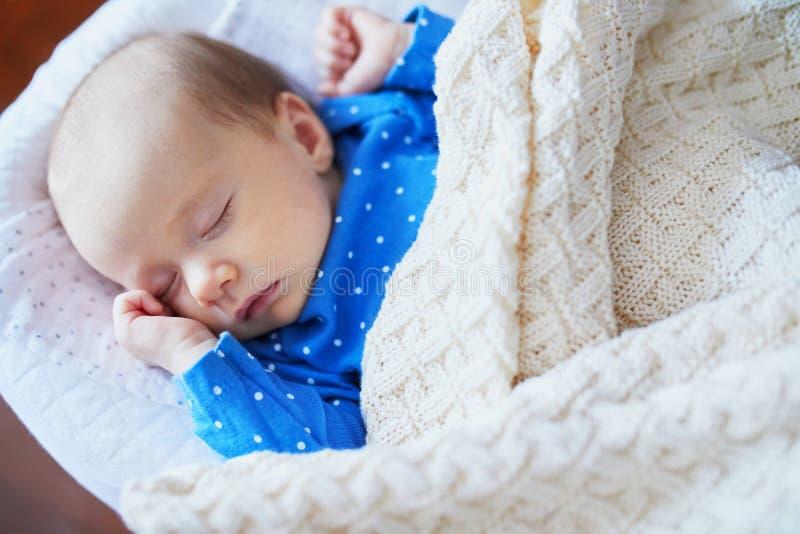 Прелестный ребенок спать в шпаргалке стоковое фото