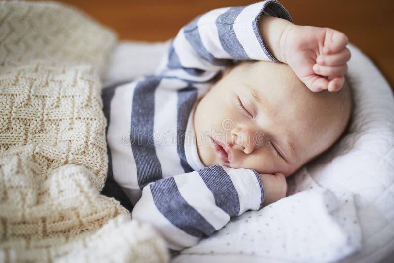 Прелестный ребенок спать в шпаргалке стоковое изображение