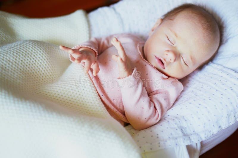 Прелестный ребенок спать в шпаргалке стоковые изображения
