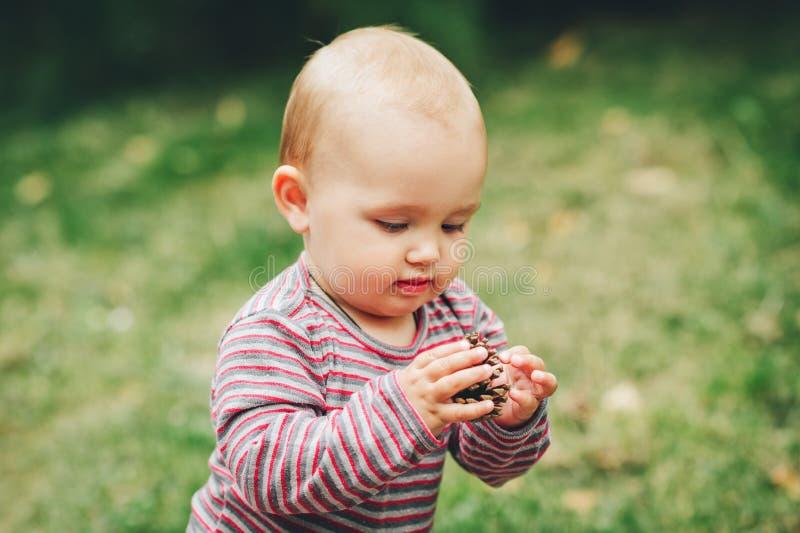 Прелестный ребёнок играя снаружи стоковое фото