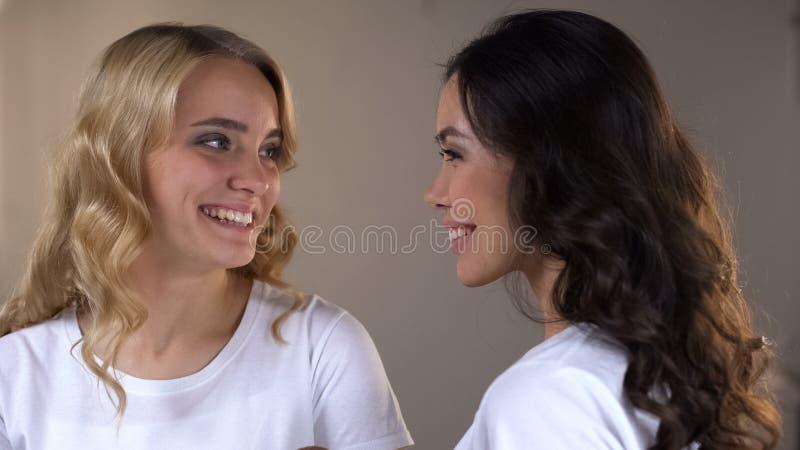 2 прелестных женщины с ярким макияжем вечера готовым для партии, подсказки красоты стоковое фото