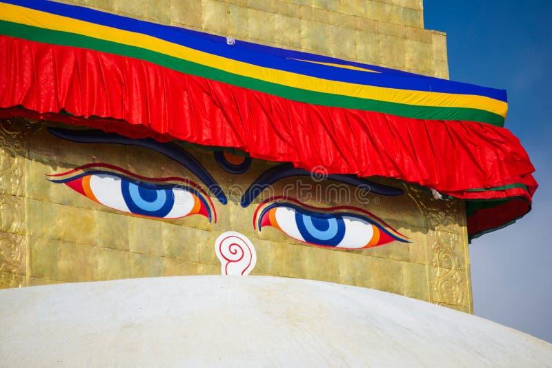 Премудрость наблюдает на ориентир ориентире stupa Boudhanath Непала стоковое фото