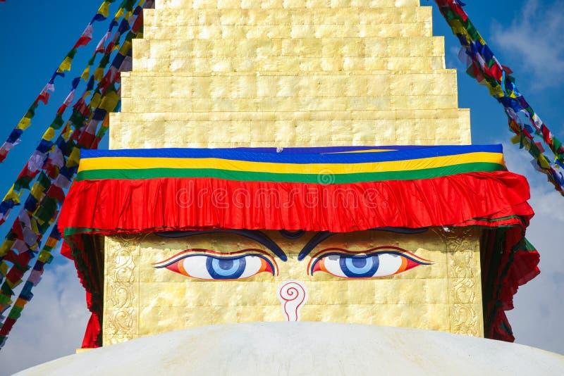 Премудрость наблюдает на ориентир ориентире stupa Boudhanath Непала стоковое фото rf