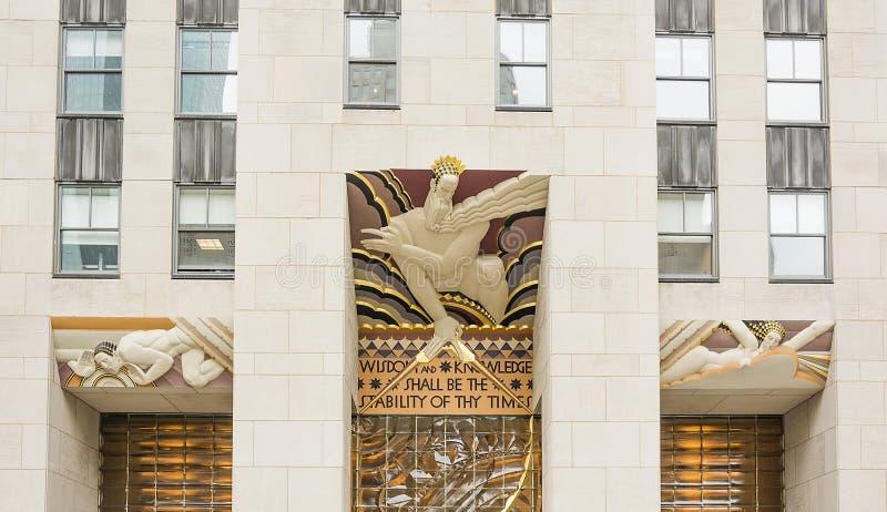 Премудрость, часть стиля Арт Деко над входом площади 30 Рокефеллер в Нью-Йорке стоковая фотография rf