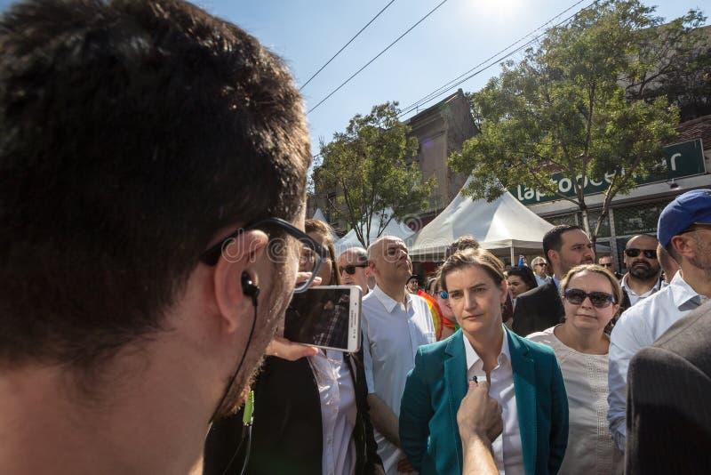 Премьер-министр Сербии Анаа Brnabic будучи интервьюированным на варианте 2018 гей-парада Белграда стоковые фотографии rf