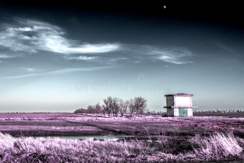 Преобразовывая подстанция и луна в небе зимы в ультракрасных цветах стоковые изображения rf