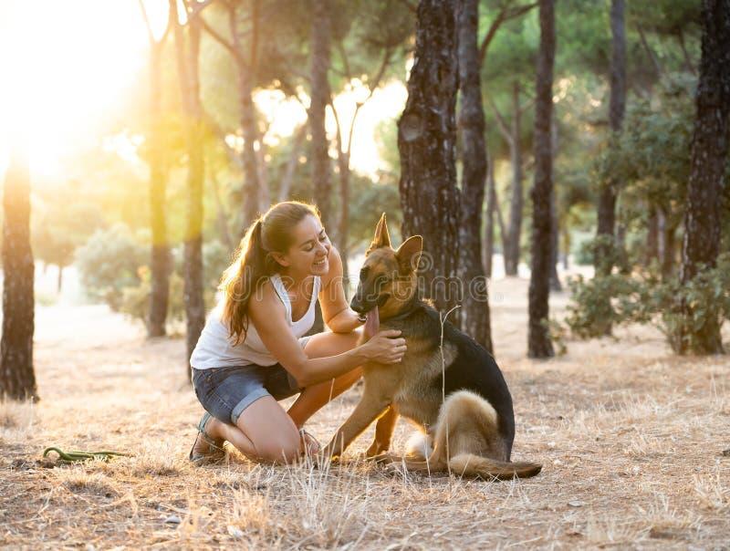 Преподавательство женщины и любить ее собаку стоковое изображение