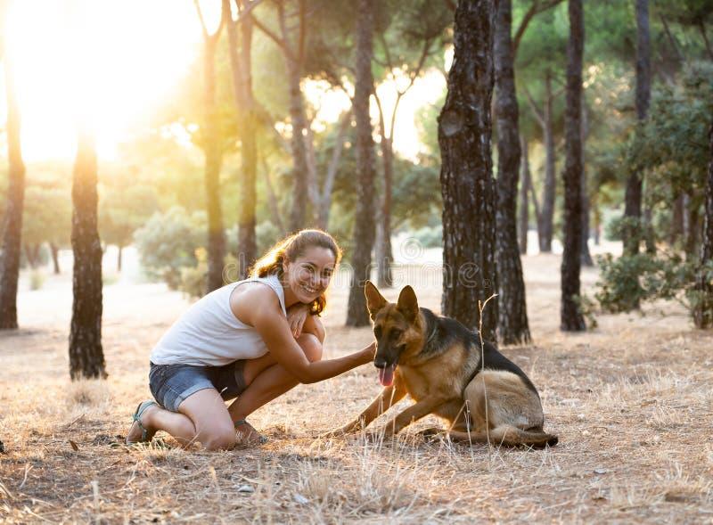 Преподавательство женщины и любить ее собаку стоковое фото rf