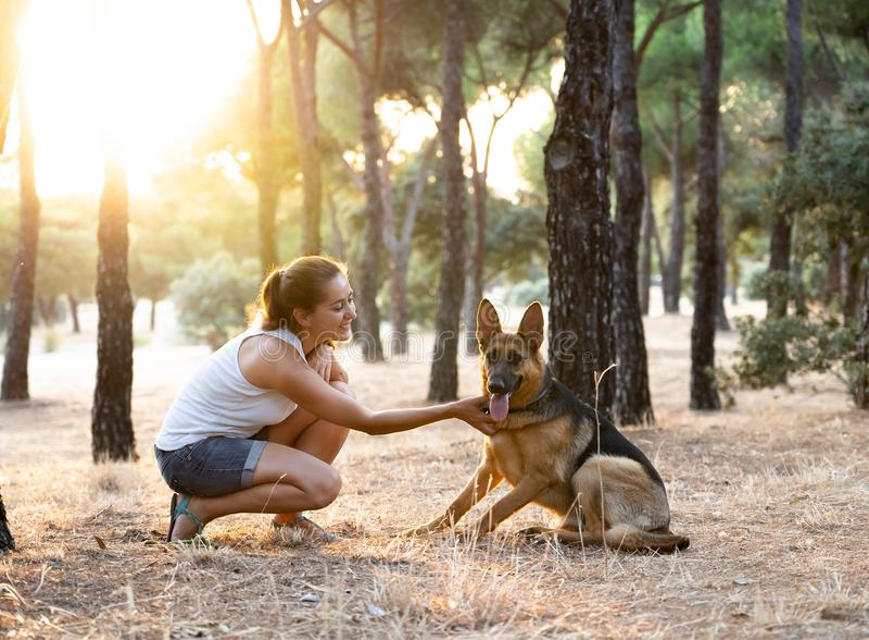 Преподавательство женщины и любить ее собаку стоковая фотография