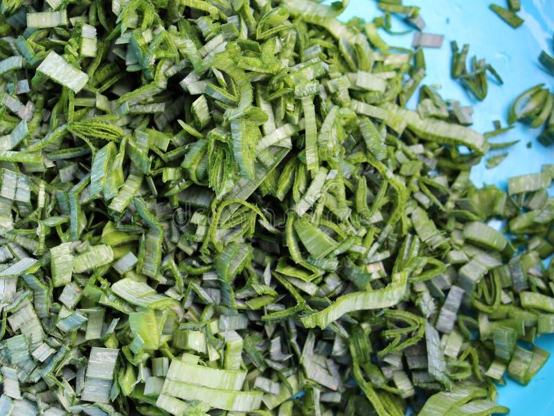 прерванные зеленые луки лук-порей, текстура стоковая фотография