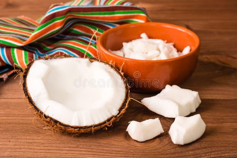 Прерванные кокос и пульпа кокоса в шаре стоковое фото rf