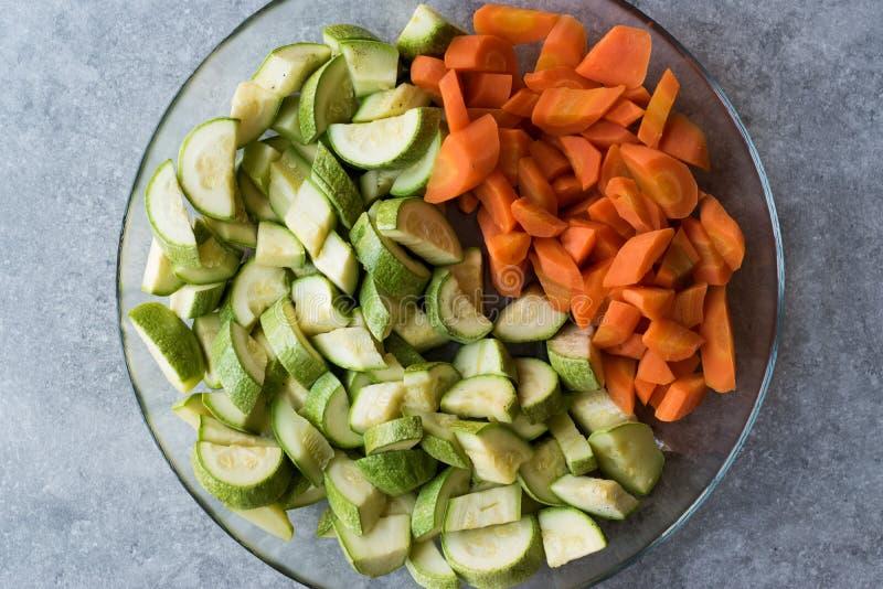 Прерванные куски цукини и моркови в стеклянном шаре стоковое изображение rf