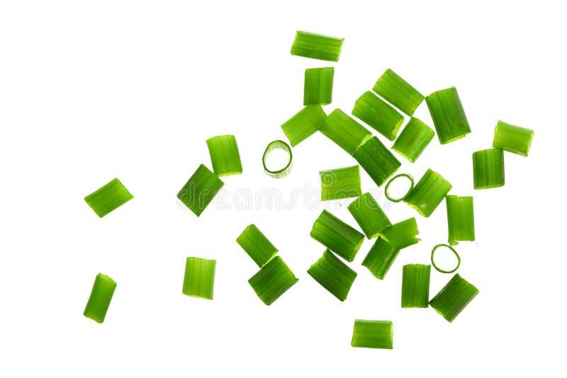 Прерванные свежие зеленые луки изолированные на белой предпосылке Взгляд сверху Плоское положение стоковые изображения rf
