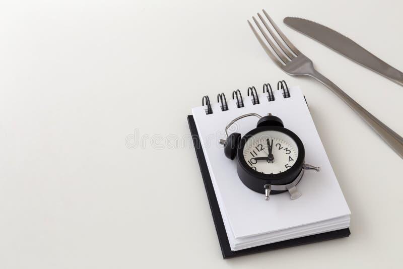 Прерывистая голодая концепция на белой предпосылке стоковое фото