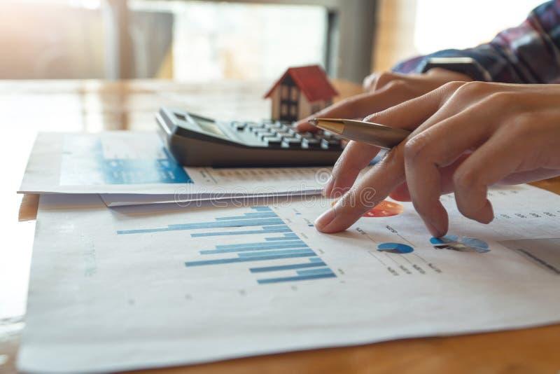 Пресса женщины калькулятор к высчитывать финансовую диаграмму для вклада к покупая свойству стоковые изображения