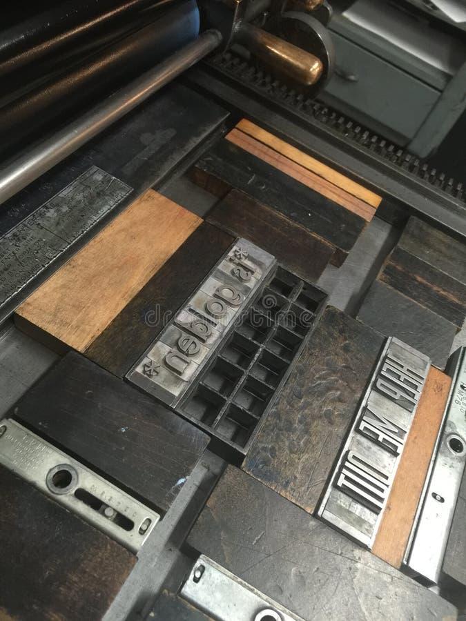 Пресса цилиндра с движимостью, типом металла запертым в гоньбу стоковые изображения rf