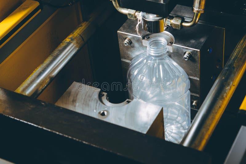 Прессформы для пластиковых бутылок стоковые фото