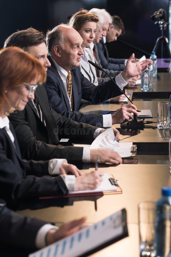 Пресс-конференция с политиками стоковые фотографии rf
