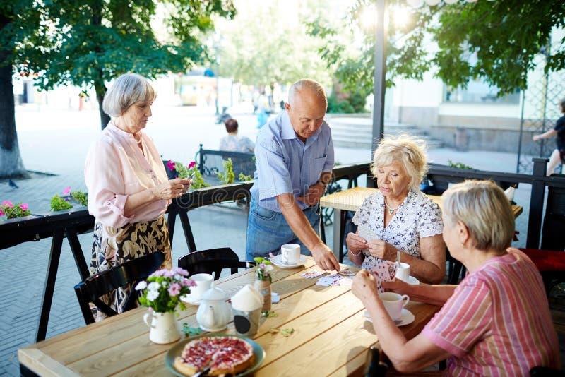 Престарелый ослаблять в кафе стоковая фотография rf