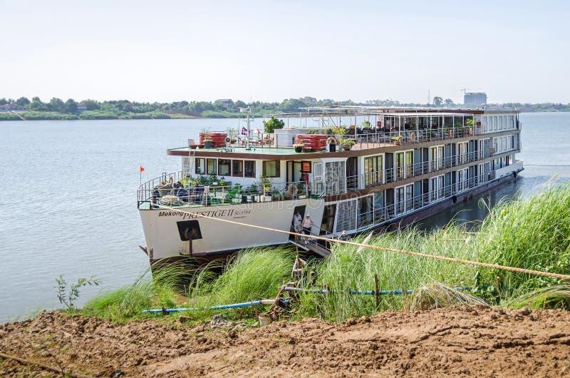 Престижность II Меконга туристического судна поставленное на якорь на банке Koh Chong стоковое фото