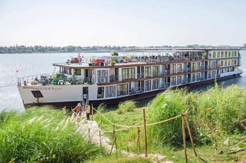Престижность II Меконга туристического судна поставленное на якорь на банке Koh Chong стоковая фотография
